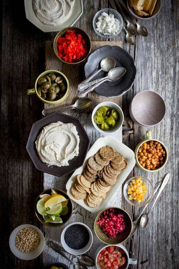 DIY Hummus Bar recipe from @beardandbonnet on www.beardandbonnet.com