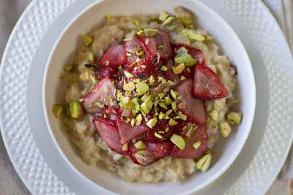 Roasted Strawberry and Pistachio Morning Oats recipe @beardandbonnet www.beardandbonnet.com }
