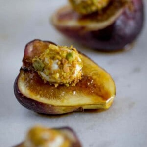 Easy Brûléed Fig, Pistachio and Honey Goat Cheese Bites recipe on @beardandbonnet www.beardandbonnet.com