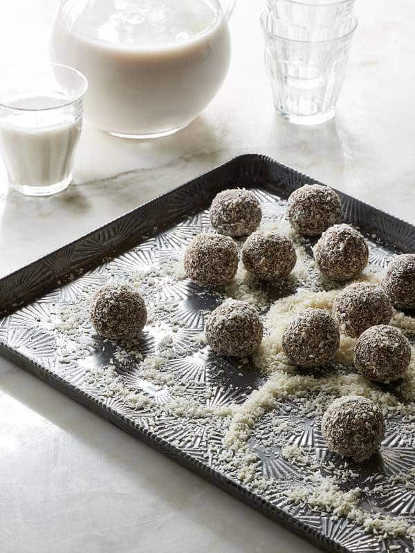 Raw Vegan Chocolate Fruit Balls by The Blender Girl    5 Indulgent treats for the holidays that are actually pretty good for you!    @beardandbonnet
