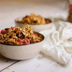 Irresistable Earl Grey & Strawberry Granola recipe from @heathercrosby of Yum Universe's latest book, Pantry to Plate. || on @thsimessisours #glutenfree #vegetarian